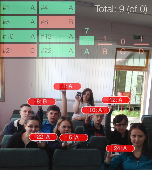 Отражение на экране смартфона процесса сканирования QR-кодов